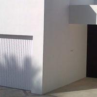 Puerta de entrada en acero corten con microfachada